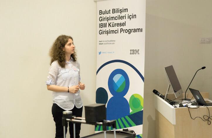 Topluluk yöneticimiz Cansu Uludağ katılımcılara Bluemix altyapısının anlatıyor.