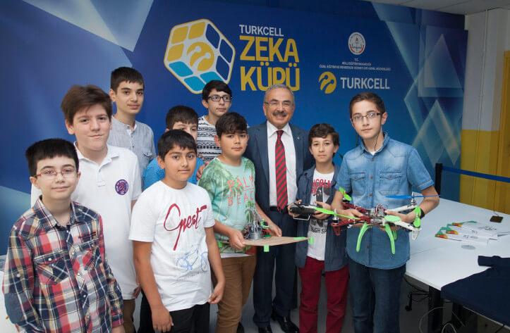 Turkcell Yönetim Kurulu üyesi Mehmet Hilmi Güler, öğrencilerimizle birlikte.