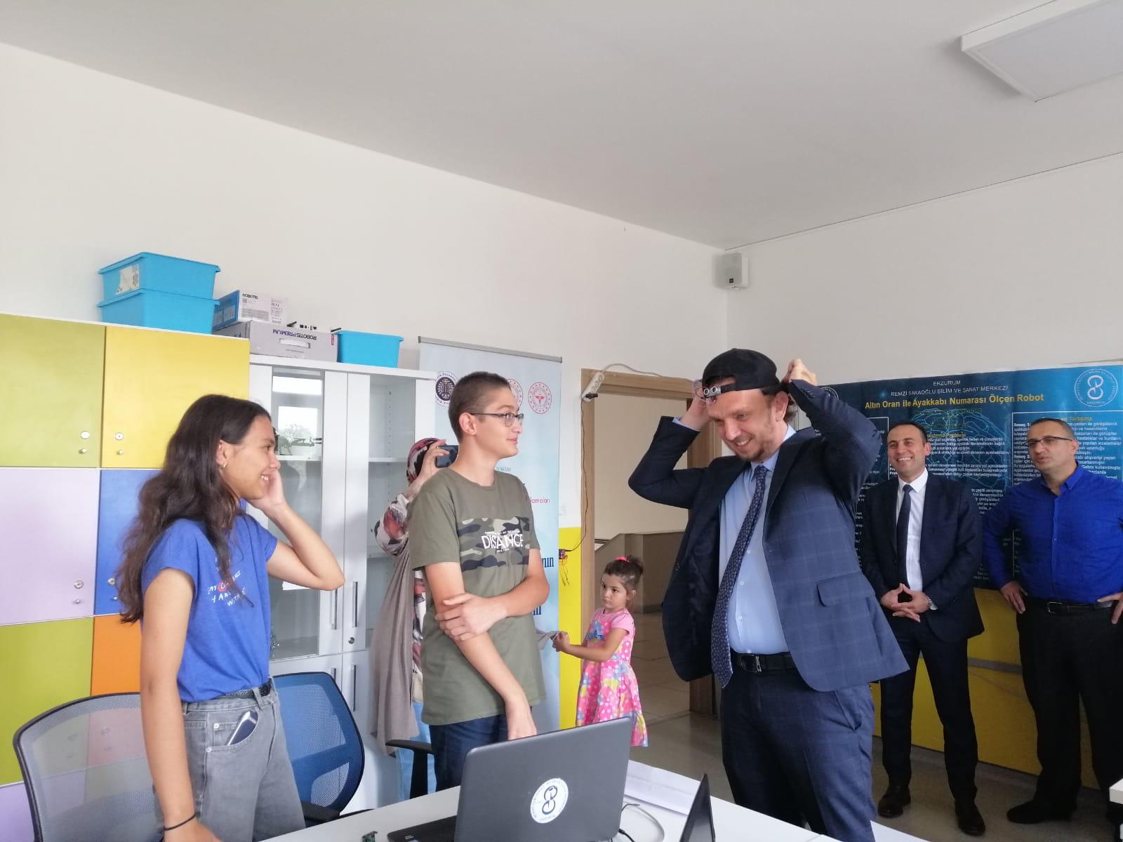 Turkcell Pazarlamadan Sorumlu Genel Müdür Yardımcısı Ömer Barbaros Yiş, Remzi Sakaoğlu BİLSEM öğrencileriyle