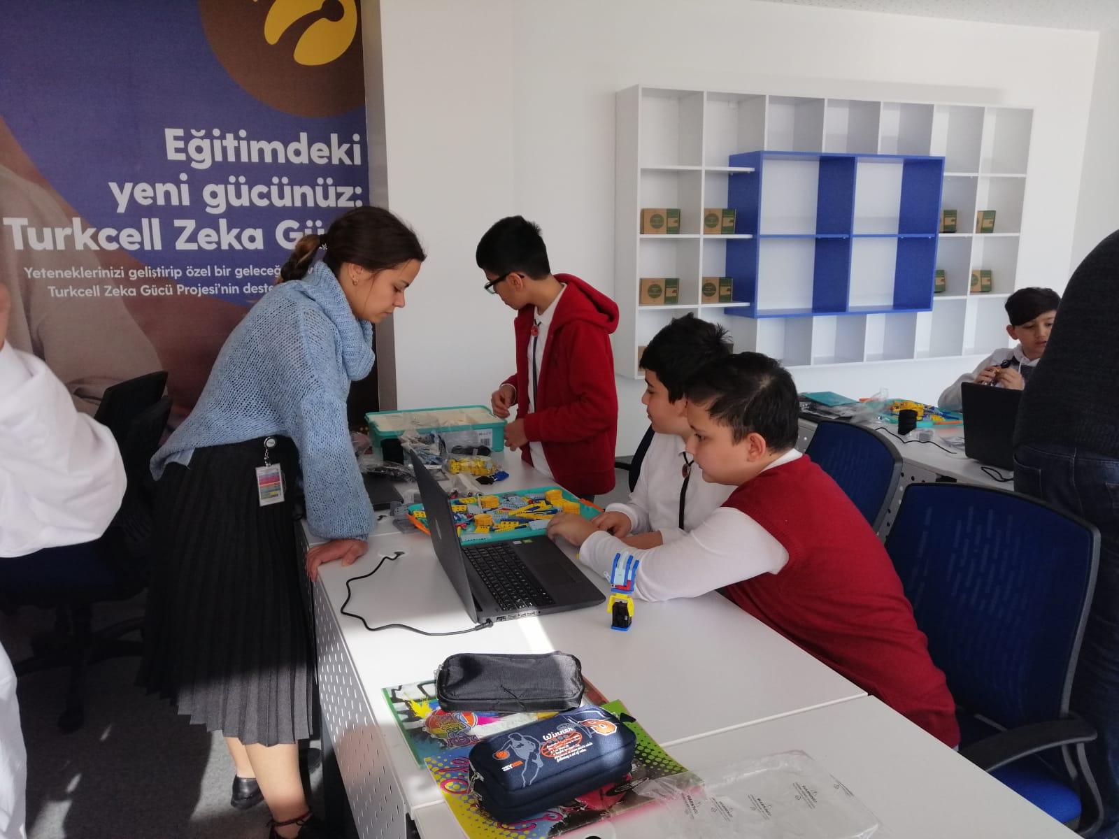 LÖSEV tarafından kurulan LSV Okulları öğrencileriyle birlikte UBTECH eğitimi